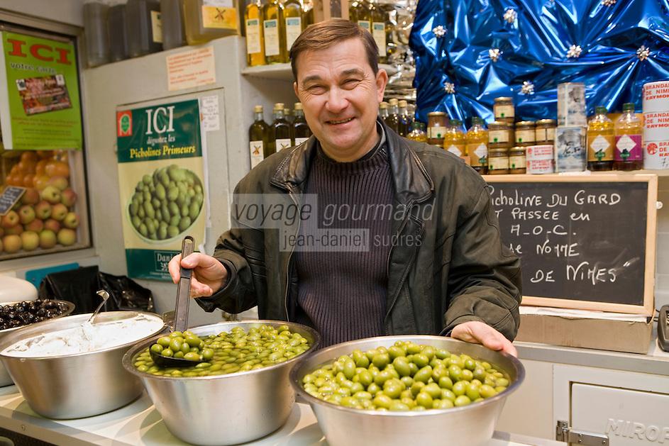 Europe/France/Languedoc-Roussillon/30/Gard/Nîmes: Daniel épicier aux Halles centrales et ses olives  Picholine du Gard  AOC Picholine de Nîmes