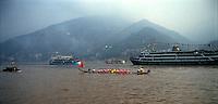 Yangtze-Fluss in der Provinz Hubei / China<br /> Die chinesische Regierung plant in der Provinz Hubei den Yangtze-Fluss mit einem Staudamm zur Stromgewinnung aufzustauen. Dabei werden ca. 3 Millionen Menschen umgesiedelt.<br /> Hier: Traditionelle Drachenboote auf dem Yangtze-Fluss im &quot;Drei Schluchten-Nationalpark&quot;.<br /> 1992, Zigui, Provinz Hubei / China<br /> Copyright: Christian-Ditsch.de<br /> [Inhaltsveraendernde Manipulation des Fotos nur nach ausdruecklicher Genehmigung des Fotografen. Vereinbarungen ueber Abtretung von Persoenlichkeitsrechten/Model Release der abgebildeten Person/Personen liegen nicht vor. NO MODEL RELEASE! Nur fuer Redaktionelle Zwecke. Don't publish without copyright Christian-Ditsch.de, Veroeffentlichung nur mit Fotografennennung, sowie gegen Honorar, MwSt. und Beleg. Konto: I N G - D i B a, IBAN DE58500105175400192269, BIC INGDDEFFXXX, Kontakt: post@christian-ditsch.de<br /> Urhebervermerk wird gemaess Paragraph 13 UHG verlangt.]