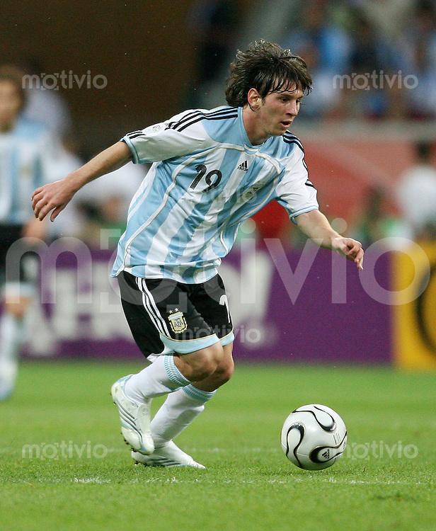 Fussball WM 2006  Gruppenspiel  Vorrunde    Holland -Argentinien Lionel MESSI (ARG), Einzelaktion am Ball
