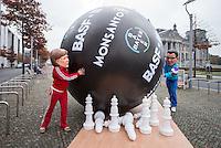 """Anlaesslich des Welternaehrungstag am 16. Oktober 2014 protestierten die Entwicklungs- und Menschenrechtsorganisationen Oxfam, FIAN und INKOTA gegen die Foerderung von Chemie- und Agrarkonzernen mit Entwicklungshilfe aus Bundesmitteln.<br /> Unter der Bezeichnung """"Hungerbekaempfung"""" foerdert das Bundesministerium fuer wirtschaftliche Zusammenarbeit und Entwicklung (BMZ) Agrar- und Chemiekonzerne wie BASF, Bayer und Monsanto im Rahmen der German Food Partnership (GFP).<br /> """"Das BMZ betreibt im Rahmen von Kooperationen wie der German Food Partnership und der Neuen Allianz fuer Ernaehrungssicherung unter dem Deckmantel der Armutsbekaempfung Wirtschaftsfoerderung zum Vorteil riesiger Konzerne. Anstatt staerker Kleinbaeuerinnen und -bauern zu unterstuetzen, die in Afrika 80 Prozent des dortigen Lebensmittelbedarfs decken, befriedigt das BMZ die Interessen der Konzerne"""", so die Entwicklungsorganisation Oxfam in einer Pressemitteilung.<br /> Symbolisch kegelten als Bundeskanzlerin Merkel und Minister Mueller verkleidete Mitglieder von Oxfam mit einer ueberdimensionalen Bowlingkugel Kleinbauern in der sog. """"3. Welt"""" um.<br /> 15.10.2014, Berlin<br /> Copyright: Christian-Ditsch.de<br /> [Inhaltsveraendernde Manipulation des Fotos nur nach ausdruecklicher Genehmigung des Fotografen. Vereinbarungen ueber Abtretung von Persoenlichkeitsrechten/Model Release der abgebildeten Person/Personen liegen nicht vor. NO MODEL RELEASE! Don't publish without copyright Christian-Ditsch.de, Veroeffentlichung nur mit Fotografennennung, sowie gegen Honorar, MwSt. und Beleg. Konto: I N G - D i B a, IBAN DE58500105175400192269, BIC INGDDEFFXXX, Kontakt: post@christian-ditsch.de<br /> Urhebervermerk wird gemaess Paragraph 13 UHG verlangt.]"""