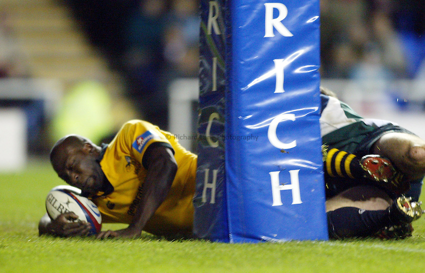 Photograph: Scott Heavey..London Irish v London Wasps. Zurich Premiership. 27/12/2003..Ayoola Erinle touches down for a try.