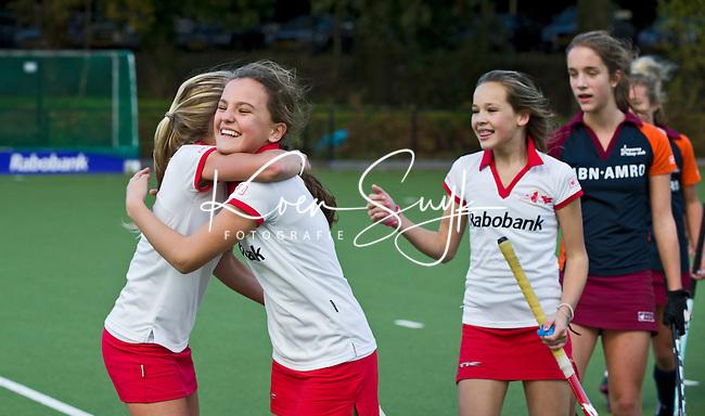 AERDENHOUT - Vreugde en bedanken na de wedstrijd tegen Almere bij hockeyclub Rood-Wit in Aerdenhout. COPYRIGHT KOEN SUYK