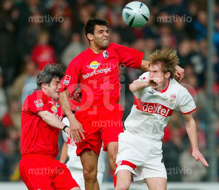 FUSSBALL 1. Bundesliga 2003/2004 28.Spieltag SC Freiburg 0-1 VfB Stuttgart Alexander Hleb (VfB,re) gegen Roda Antar (Sc,mitte) und Levan Tskitishvili (SC)