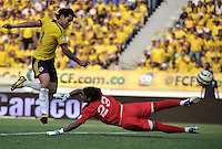 BARRANQUILLA - COLOMBIA -22-03-2013: Radamel Falcao García (Izq.) de Colombia anota gol a Carlos Arias (Izq.) portero de Bolivia durante  partido Colombia - Bolivia en el Estadio Metropolitano Roberto Meléndez en la ciudad de Barranquilla, marzo 22 de 2013. Partido de la 11 ª fecha de las Clasificatorias Sudamericanas para la Copa Mundial de la FIFA Brasil 2014. (Foto: VizzorImage / Luis Ramírez / Staff). Radamel Falcao García (L) of Colombia scored a goal to Carlos Arias (R) goalkeeper of Bolivia during a match Colombia - Bolivia  at the Metropolitan Stadium Roberto Melendez in Barranquilla city, on March 16, 2013. Game of the 11th round of the South American Qualifiers for the FIFA World Cup Brazil 2014. (Photo: VizzorImage / Luis Ramirez / Staff.)