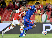 BOGOTÁ - COLOMBIA, 17-09-2017: Wilson Morelo (Izq.) jugador de Santa Fe disputa el balón con Diego Peralta (Der.) jugador del Pasto durante el encuentro entre Independiente Santa Fe y Deportivo Pasto por la fecha 12 de la Liga Aguila II 2017 jugado en el estadio Nemesio Camacho El Campin de la ciudad de Bogota. / Wilson Morelo (L) player of Santa Fe struggles for the ball with Diego Peralta (R) player of Pasto during match between Independiente Santa Fe and Deportivo Pasto for the date 12 of the Aguila League II 2017 played at the Nemesio Camacho El Campin Stadium in Bogota city. Photo: VizzorImage/ Gabriel Aponte / Staff