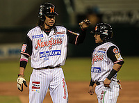 Jerry Owens y Jorge Flores en las bases, durante el tercer juego de la Serie entre Tomateros de Culiacán vs Naranjeros de Hermosillo en el Estadio Sonora. Segunda vuelta de la Liga Mexicana del Pacifico (LMP) **26Dici2015.<br /> **CreditoFoto:LuisGutierrez<br /> **<br /> Shares during the third game of the series between Culiacan Tomateros vs Orange sellers of Hermosillo in Sonora Stadium. Second round of the Mexican Pacific League (PML)
