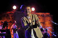 L'indétrônable superstar Ragheb Alama qui possède la plus longue notoriété artistique dans le monde arabe partage avec le public tunisien une belle et longue histoire d'amour dont la scène du théâtre romain de Carthage est le témoin.<br /> <br /> PHOTO : Agence Quebec Presse -             jdidi wassim