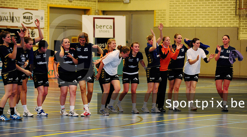 DHT Middelkerke - Izegem - Bocholt : de speelsters groeten hun publiek na de gewonnen match tegen Bocholt.foto VDB / BART VANDENBROUCKE