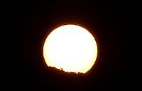 BOGOTA -COLOMBIA , 28 ENERO-2016. Salida del sol en la capital .Ayer se presentó la temperaura más alta en la historia de la ciudad de 25.3 grados centígrados ./ . Photo: VizzorImage / Felipe Caicedo / Staff