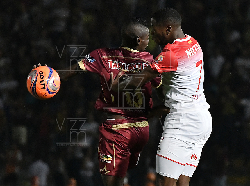 IBAGUÉ -COLOMBIA, 14-12-2016. Didier Delgado (Izq) jugador de Deportes Tolima disputa el balón con Layvin Balanta (Der) jugador de Independiente Santa Fe durante partido de ida por la final de la Liga Aguila II 2016 jugado en el estadio Manuel Murillo Toro de la ciudad de Ibagué./ Didier Delgado (L) player of Deportes Tolima vies for the ball with Layvin Balanta (R) player of Independiente Santa Fe during first leg match for the final of the Aguila League II 2016 played at Manuel Murillo Toro stadium in Ibague city. Photo: VizzorImage/ Gabriel Aponte / Staff
