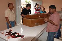Policiais lacram o caixão com o corpo da missionária americana Dorothy Stang, da congregação das irmãs de Notre Dame, 73 anos, 28 dos quais na Amazônia, trabalhando com pequenos agricultores pela reforma agrária, é transportado por moradores e policiais para avião que levará seu corpo à cidade de Belém, capital do estado do Pará, onde será periciado pelo instituto médico legal, e voltará para ser enterrado. Irmã Dorothy como era conhecida em toda região da Transamazônica foi assassinada brutalmente as 7: 30 da manhã de ontem (12/02/2005) quando saia de uma casa no assentamento feito pelo Incra conhecido como Esperança. Conforme o médico legista em seus levantamentos preliminares a religiosa foi morta com 9 tiros , dois dos quais na cabeça.<br /> Anapú, Pará, Brasil<br /> 13/02/2005<br /> Foto Paulo Santos