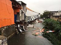 SAO PAULO, SP, 08.03.2014 - CHUVA SAO PAULO / ESTRAGOS - Imagem deste sábado dos danos causados pela forte chuva que atingiu ontem a cidade de São Paulo. Na foto, parte de mercado na Avenida Edu Chaves, na zona norte da cidade, foi levada pela correnteza provocada pela cheia de riacho que existe logo atrás do estabelecimento. (Foto: Geovani Velasquez / Brazil Photo Press).