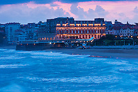 Europe/France/Aquitaine/64/Pyrénées-Atlantiques/Pays-Basque/Biarritz: vue nocturne de la Grande Plage et de l Hôtel du Palais ou  Villa Eugénie