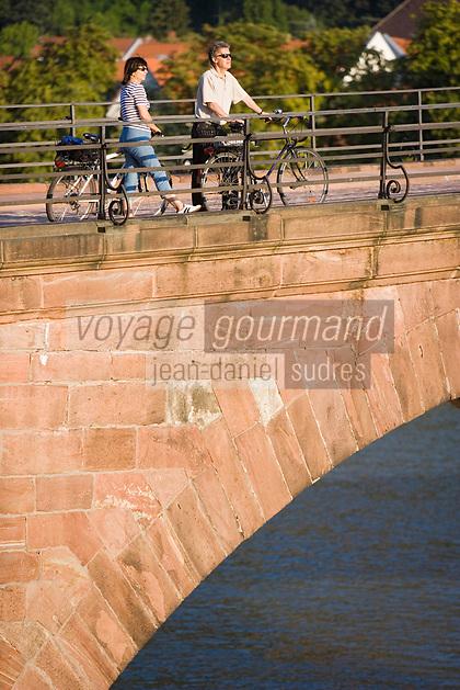 Europe/Allemagne/Bade-Würrtemberg/Heidelberg: Couple à vélo sur le vieux pont sur le Neckar Karl -Théodore Brücke