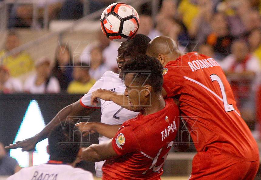 NEW JERSEY - UNITED STATES, 17-06-2016: Cristian Zapata (Izq) jugador de Colombia (COL) disputa el balón con Rodriguez (Der.) y Renato Tapia (Cent.) jugadores de Peru (PER) durante partido por los cuartos de final entre Colombia (COL) y Peru (PER)  por la Copa América Centenario USA 2016 jugado en el estadio MetLife en East Rutherford, Nueva Jersey, USA.  / Cristian Zapata (R) player of Colombia (COL) fights the ball with Rodriguez (R) and Renato Tapia  (C) players of Peru (PER) during a match for the quarter of finals between Colombia (COL) and Peru (PER) for the Copa América Centenario USA 2016 played at MetLife stadium in East Rutherford, New Jersey, USA. Photo: VizzorImage/ Luis Alvarez /Cont.