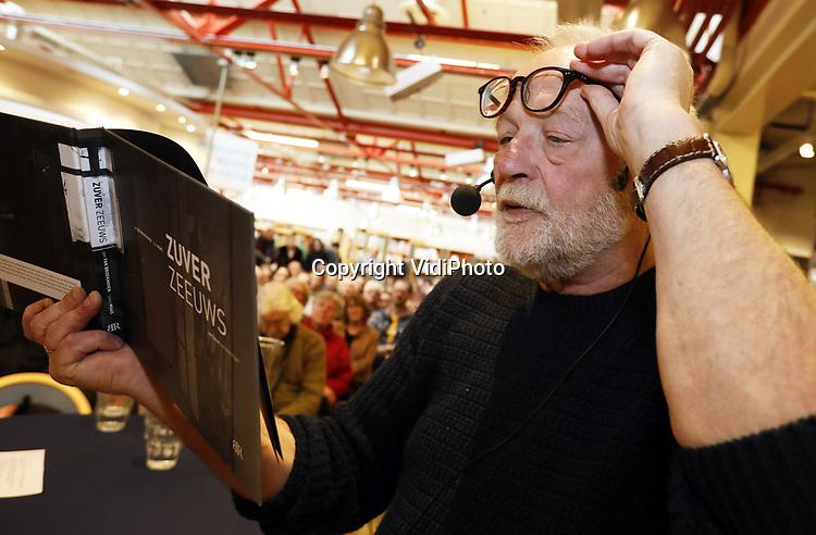 """Foto: VidiPhoto<br /> <br /> MIDDELBURG – Bij boekhandel De Drvkkery in Middelburg werk vrijdag 31 januari het fotoboek gepresenteerd van journalist Cees Maas (met baard) uit Veere en grafisch vormgever Jan van Broekhoven. Uit duizenden foto's, het resultaat van fotograrische speurtochten, werd een boek (""""Zuver Zeeuws"""") samengesteld dat het andere, niet alledaagse, gezicht van Zeeland wil laten zien. Het zijn indringende, verstilde beelden, meestal zonder mensen, van het mystieke en pure Zeeland door het oog van twee ras-Zeeuwen. Het eerste exemplaar werd overhandigd aan de nestor van de Zeeuwse fotojournalistiek, Jaap Wolterbeek."""