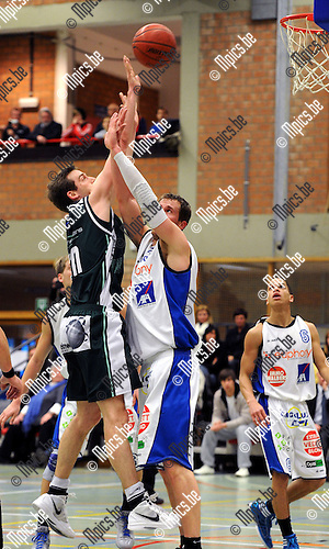 2012-02-22 / Basketbal / seizoen 2011-2012 / Gembo - Kabo / Ward Lemaire (L, Gembo) met Kristof Ongenaet ..Foto: Mpics.be