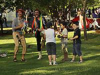 SAO PAULO, SP, 06 DE JULHO DE 2013. ARRAIAL DE SAO PAULO NO VALE DO ANHANGABAU.  Palhaços cantam e dançam com crianças durante o Arraial São Paulo, na tarde deste sábado, no Vale do Anhangabaú. Durante o evento, são vendidas comidas típicas do nordeste e acontecem shows de Forró. FOTO ADRIANA SPACA/BRAZIL PHOTO PRESS