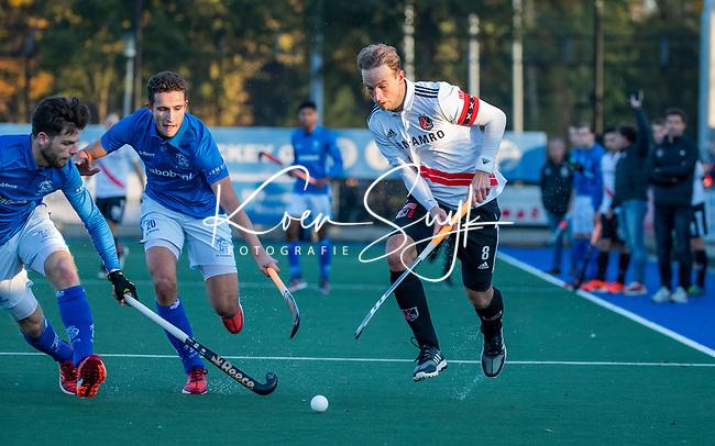 UTRECHT - Billy Bakker (Adam) met Jonas de Geus (Kampong) en Lars Balk (Kampong)  tijdens de hoofdklasse hockeywedstrijd mannen, Kampong-Amsterdam (4-3).  COPYRIGHT KOEN SUYK