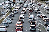 SÃO PAULO, SP, 05.09.2014 – TRÂNSITO EM SÃO PAULO: Trânsito na Av. 23 de Maio, próximo ao Parque do Ibirapuera, zona sul de São Paulo na tarde desta sexta feira. (Foto: Levi Bianco / Brazil Photo Press).