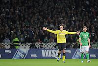 FUSSBALL   1. BUNDESLIGA   SAISON 2011/2012    9. SPIELTAG  14.10.2011 SV Werder Bremen - Borussia Dortmund                  Mats Hummels (Mitte, Borussia Dortmund) beobachtet von Markus Rosenberg (re, SV Werder Bremen)