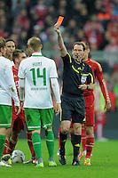 FUSSBALL   1. BUNDESLIGA  SAISON 2011/2012   15. Spieltag   03.12.2011 FC Bayern Muenchen - SV Werder Bremen        Schiedsrichter Florian Meyer (re) zeigt Aaron Hunt (SV Werder Bremen)  die Rote Karte