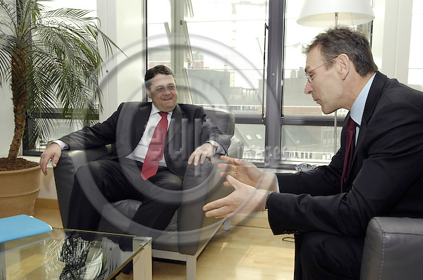 Brussels-Belgium - 11 April 2008---Andris PIEBALGS  (ri), European Commissioner in charge of Energy, receives Sigmar GABRIEL (le), Federal Minister for the Environment, Nature Conservation and Nuclear Safety of Germany---Photo: Horst Wagner / eup-images