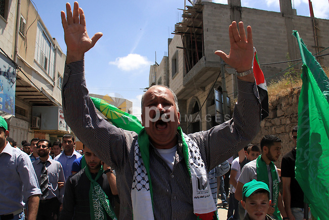 Palestinian Hamas supporters rally in the streets of the West Bank city of Tulkarem to celebrate on May 6, 2011 the political unity reconciliation deal between the Islamic group and the Fatah movement which was signed by the two rival groups in Cairo the previous day. Photo by Wagdi Eshtayah