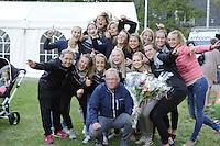 KAATSEN: LEEUWARDEN: 17-09-2016, Oldehovepartij, Henk Hempenius wordt in de bloemetjes gezet door de dameskaatssters, ©foto Martin de Jong