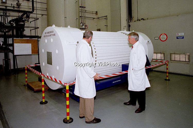 Foto: VidiPhoto..Voor DDC..DODEWAARD - De container waarin straks de radio-actieve splijtstofstaven komen, staat nog steeds in de kerncentrale van Dodewaard..