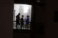 SAO PAULO, SP, 05.05.2015 - PANELAÇO-PT - Populares batem panelas durante programa eleitoral gratuito do Partido dos Trabalhadores em forma de protesto contra a corrupção do governo Dilma Rousseff no bairro de Santana na região norte de São Paulo nesta terça-feira, 05. (Foto: Fernando Neves/Brazil Photo Press)