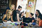 Die Volontaere im Besprechungsraum des Tageszentrum. Europa, Rumaenien, Rusciori den 27. Juli 2015