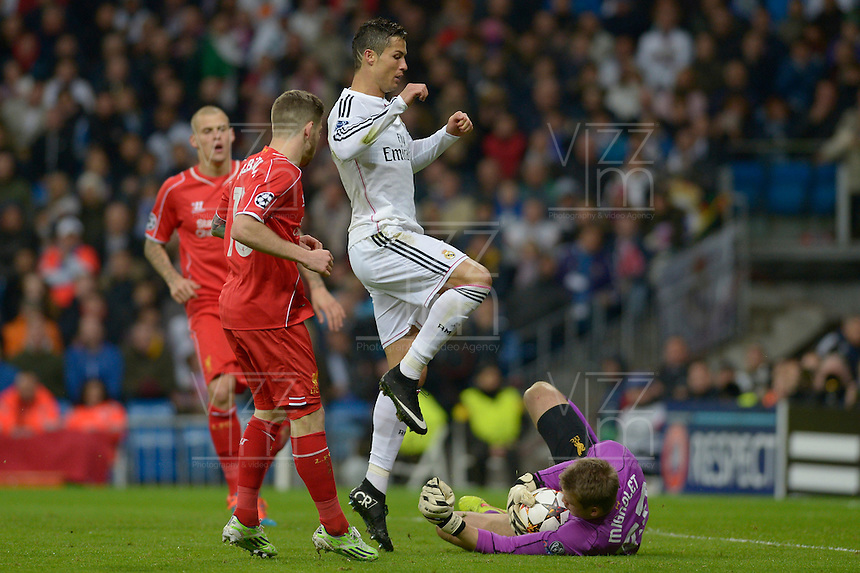 MADRID - ESPAÑA - 05-11-2014: Cristiano Ronaldo (Izq.) jugador de Real Madrid de España, disputa el balon con Simon Mignolet (Der.) jugador de Liverpool de Inglaterra durante partido del la UEFA Liga de Campeones, Real Madrid y Liverpool en el estadio Santiago Bernabeu de la ciudad de Madrid, España. / Cristiano Ronaldo (L) player of Real Madrid of Spain vies for the ball with Simon Mignolet (R) player of Liverpool of England, during a match between Real Madrid and Liverpool for the UEFA Champions League in the Santiago Bernabeu stadium in Madrid, Spain  Photo: Asnerp / Patricio Realpe / VizzorImage.