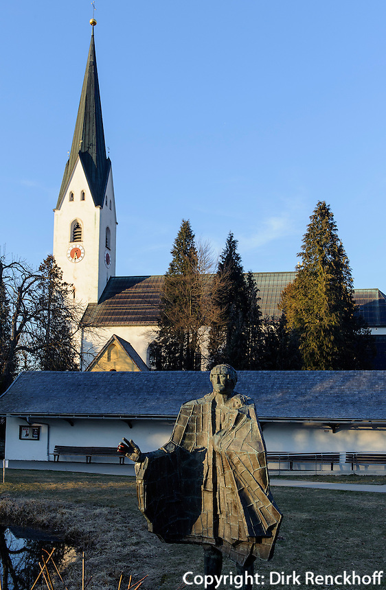 Katholische Kirche St.Johannes Baptist und Skulptur im Kurpark in Oberstdorf im Allg&auml;u, Bayern, Deutschland<br /> Catholic church St. Johann Baptist and sculpture in the spa park  in Oberstdorf, Allg&auml;u, Bavaria,  Germany