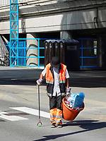 Nederland - Amsterdam- 2019.  Reinigingsdienst. Werknemer van Pantar. Pantar is het grootste werk-leerbedrijf voor de regio Amsterdam. Zij  bieden werk en begeleiding aan ruim 3.000 inwoners van Amsterdam en Diemen. Dit zijn mensen met een afstand tot de arbeidsmarkt.   Foto Berlinda van Dam / Hollandse Hoogte