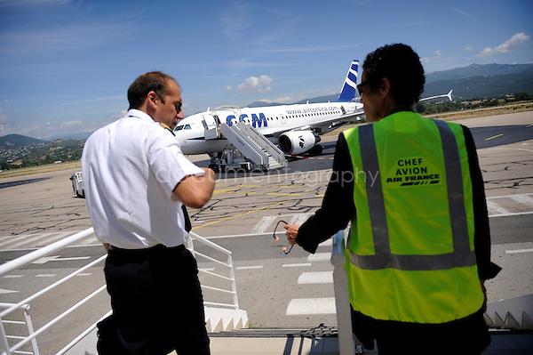 copyright : magali corouge / Documentography.10/06/09.Me?tier : Pilote..Laurent Guerini rejoint son avion avec le chef avion pour faire un compte rendu avant le vol. (?)