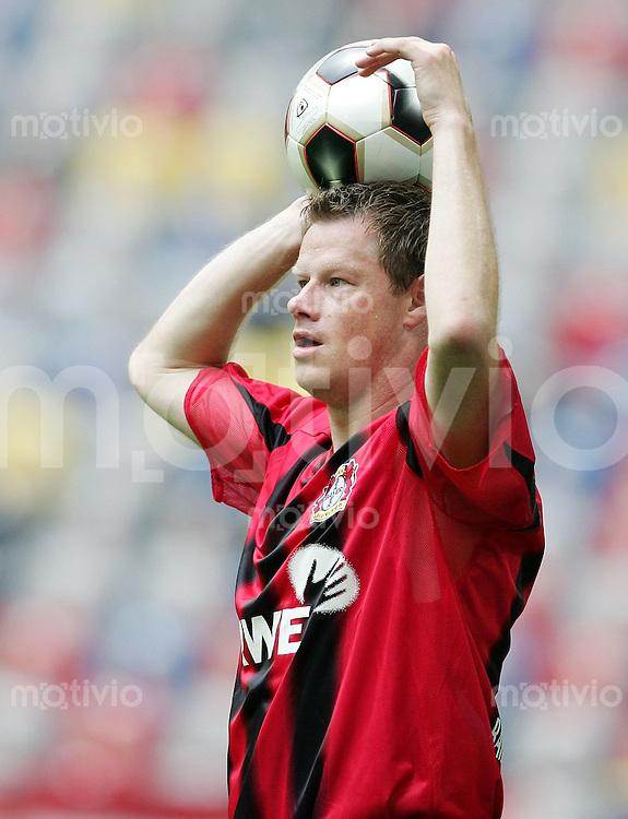 Fussball  1. Bundesliga  Saison 2005/2006    Jacek KRZYNOWEK beim Einwurf (Bayer 04 Leverkusen)