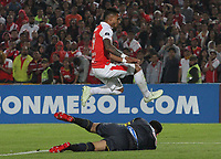 BOGOTÁ -COLOMBIA, 08-11-2018:Wilson Morelo (Der.) jugador de Independiente Santa Fe  de Colombia disputa el balón con Sebastian Viera (Izq.) Guardameta del Atlético Junior  de Colombia durante primer  partido por la semifinal   de La Copa Conmebol Sudamericana 2018,jugado en el estadio Nemesio Camacho El Campín de la ciudad de Bogotá./ Wilson Morelo (R) Player of Independiente Santa Fe of Colombia disputes the ball with Sebastian Viera (L) goalkeeper of Atletico Junior of Colombia during the first match for the semifinal of Conmebol Sudamericana Cup 2018, played at the Nemesio Camacho stadium in Bogotá city.Photo: VizzorImage/ Felipe Caicedo / Staff
