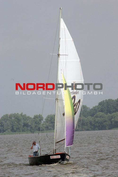 Weltmeisterschaft der Flying Junior am Duemmer See <br /> 1. Wettfahrt 25.07.2005 <br /> <br /> Feature Schmuckbild, Einsamer Segler auf dem DŁmmersee<br /> <br /> Foto: &copy; nordphoto
