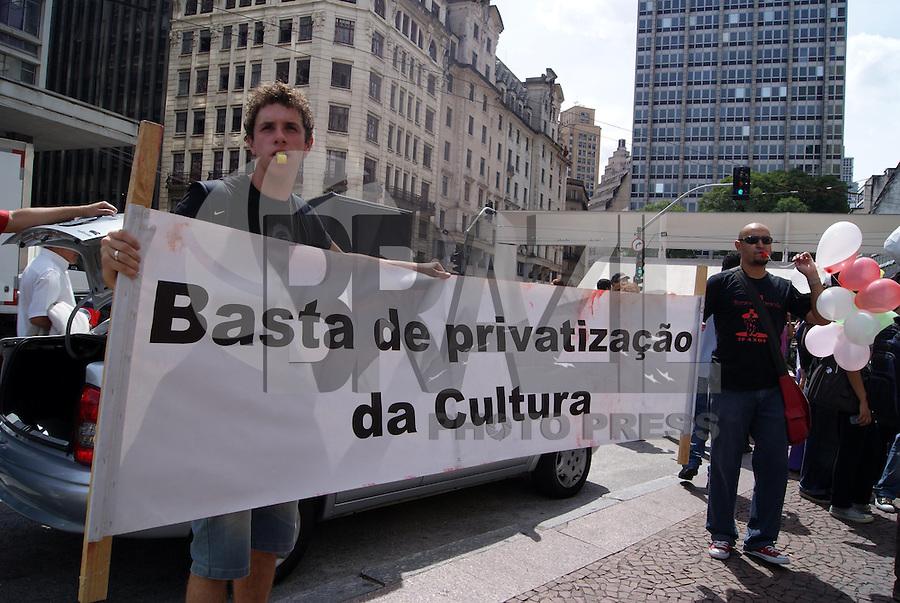 SÃO PAULO, SP, 18 DE JANEIRO DE 2010 - ATORES TEATRAIS PROTESTA EM FRENTE AO PREFEITURA DE SÃO PAULO - Grupo de atores protestam em frente a prefeitura de São Paulo referente a possibilidade mudança da LEI de Fomento ao Teatro da Cidade de São Paulo de 2002.  FOTO: WILLIAM VOLCOV / BRAZIL PHOTO PRESS