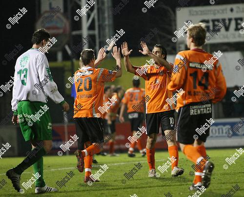 2009-03-07 / Voetbal / Dessel Sport - Willebroek-Meerhof / Spreutels (20) en Glouftsis vieren het doelpunt van Willebroek-Meerhof ..Foto: Maarten Straetemans (SMB)