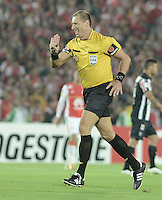 BOGOTA- COLOMBIA – 18-03-2015: Nestor Pitana, arbitro de Argentina, durante partido entre Independiente Santa Fe de Colombia y Atletico Mineiro de Brasil, por la segunda fase, grupo 1, de la Copa Bridgestone Libertadores en el estadio Nemesio Camacho El Campin, de la ciudad de Bogota.  / Nestor Pitana, Argentine, referee during a match between Independiente Santa Fe of Colombia and Atletico Mineiro of Brasil for the second phase, group 1, of the Copa Bridgestone Libertadores in the Nemesio Camacho El Campin in Bogota city. Photo: VizzorImage / Gabriel Aponte / Staff.