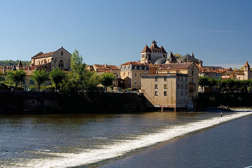 Riviere Le Lot dessine une boucle autour de la cite medieval de Cahors.<br /> River the Batch draws a loop around quotes medieval of Cahors.