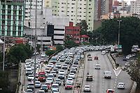 SÃO PAULO,SP, 11.11.2015 - TRÂNSITO-SP - Tráfego intenso de veículos sentido leste do Viaduto Júlio de Mesquita Filho, no bairro da Bela Vista, região central de São Paulo, na tarde desta quarta-feira, 11. (Foto: William Volcov/Brazil Photo Press)