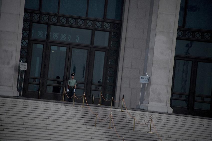 Au centre de la place Tiananmen, un garde, devant l'entrée du mausolée de Mao, fermé depuis mi-2008, officiellement pour travaux.
