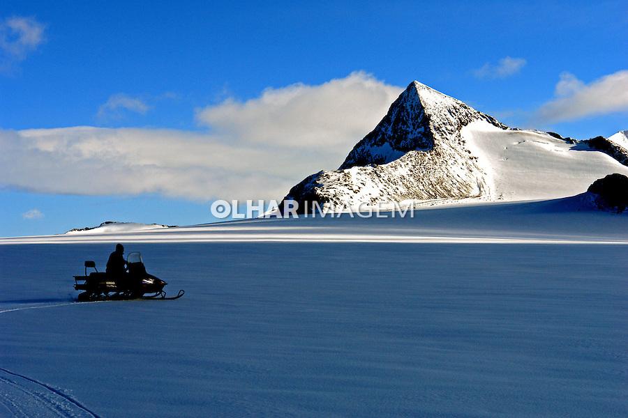 Montanha e geleira na Antartida. 2006. Foto de Caio Vilela.