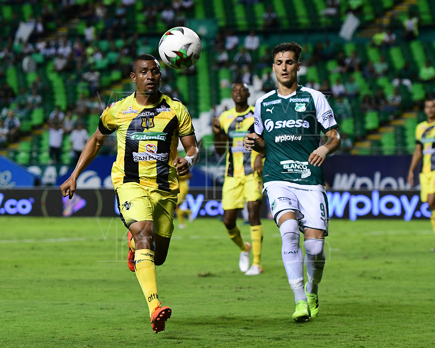 PALMIRA - COLOMBIA, 17-09-2019: Juan Ignacio Dinenno del Cali disputa el balón con Farid Diaz de Alianza durante partido entre Deportivo Cali y Alianza Petrolera por la fecha 11 de la Liga Águila II 2019 jugado en el estadio Deportivo Cali de la ciudad de Palmira. / Juan Ignacio Dinenno of Cali vies for the ball with Farid Diaz of Alianza during match between Deportivo Cali and Alianza Petrolera for the date 11 as part Aguila League II 2019 played at Deportivo Cali stadium in Palmira city. Photo: VizzorImage / Nelson Rios / Cont