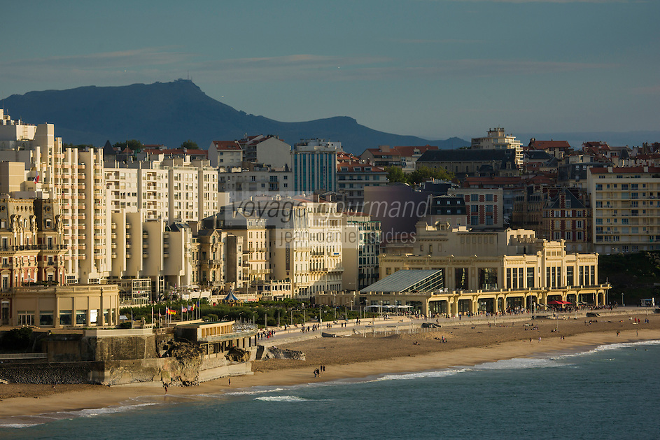 France, Aquitaine, Pyrénées-Atlantiques, Pays Basque, Biarritz:  Le front de mer , la grande plage et le casino de style Art Déco, vu depuis l'esplanade du phare à la  pointe Saint-Martin en fond la Rhune //  France, Pyrenees Atlantiques, Basque Country, Biarritz: The seafront, the Grande Plage  and the Art Deco style Casino, in the background: the Rhune