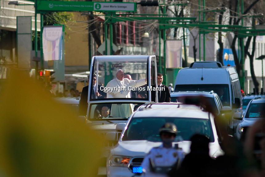 Ciudad de M&eacute;xico 13/Febrero/2016.<br /> El Papa Francisco en su primer d&iacute;a de trabajo, se reuni&oacute; esta ma&ntilde;ana en Palacio Nacional con el presidente de los Estados Unidos Mexicanos el Lic. Enrique Pe&ntilde;a Nieto, y con Jefes de Estado.<br /> El Jefe de Estado de la Ciudad del Vaticano, ofreci&oacute; un discurso a las autoridades en el cual dijo que &quot;M&eacute;xico es un gran Pa&iacute;s. Bendecido con abundantes recursos naturales y una enorme biodiversidad que se extiende a lo largo de todo su vasto territorio. Su privilegiada ubicaci&oacute;n geogr&aacute;fica lo convierte en un referente de Am&eacute;rica; y sus culturas ind&iacute;genas, mestizas y criollas, le dan una identidad propia que le posibilita una riqueza cultural no siempre f&aacute;cil de encontrar y especialmente valorar.<br /> Pienso, y me animo a decir, que la principal riqueza de M&eacute;xico hoy tiene rostro joven; s&iacute;, son sus j&oacute;venes. Un poco m&aacute;s de la mitad de la poblaci&oacute;n est&aacute; en edad juvenil. Esto permite pensar y proyectar un futuro, un ma&ntilde;ana. Da esperanzas y proyecci&oacute;n. Un pueblo con juventud es un pueblo capaz de renovarse, transformarse; es una invitaci&oacute;n a alzar con ilusi&oacute;n la mirada hacia el futuro y, a su vez, nos desaf&iacute;a positivamente en el presente&quot;.<br /> <br /> <br /> <br /> Foto: Carlos Maruri