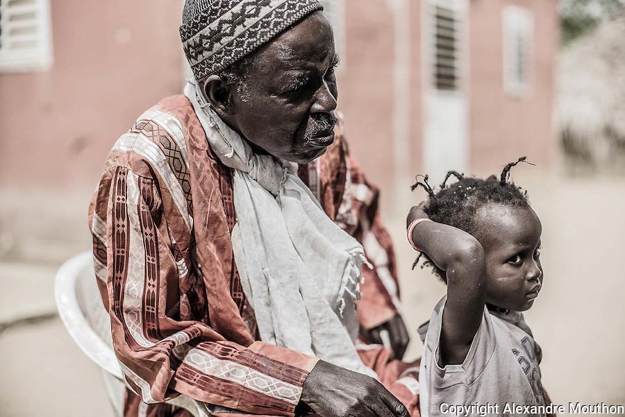 Le chef du village de Mont Roland (75 km au nord de Dakar) ne se souvient pas d'une pompe solaire installée dans son village par la Sofretes de Jean-Pierre Girardier.
